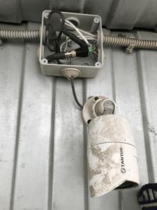 Уличная видеокамера и распаяная коробка с разъемами