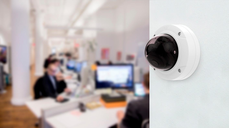 Антивандальная камера наблюдения на стене офиса