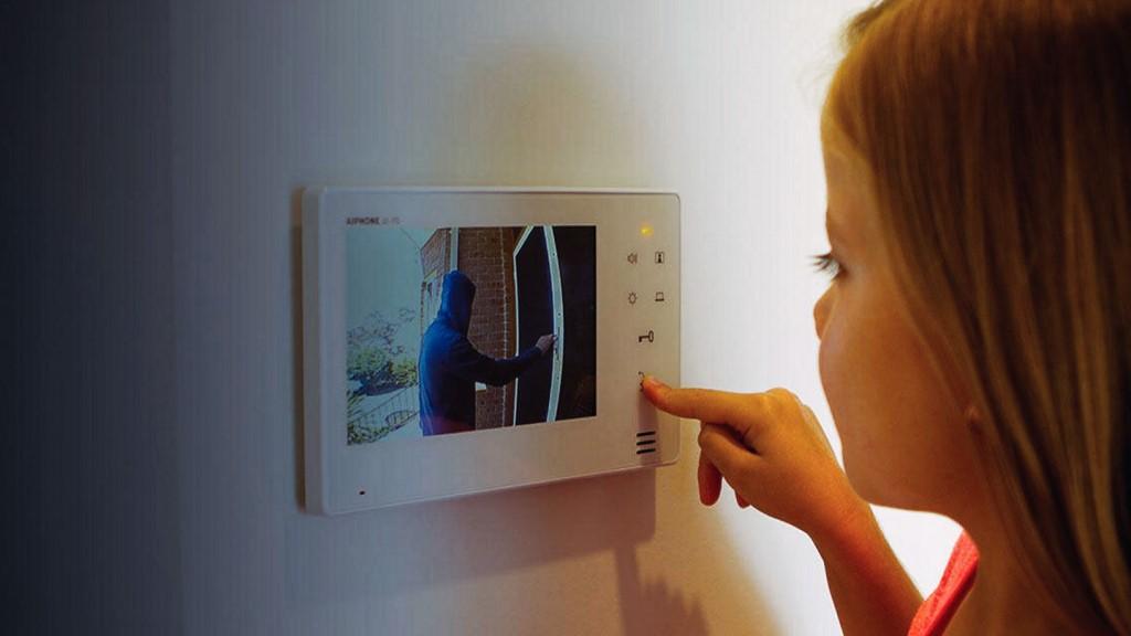 Девочка открывает видеодомофон